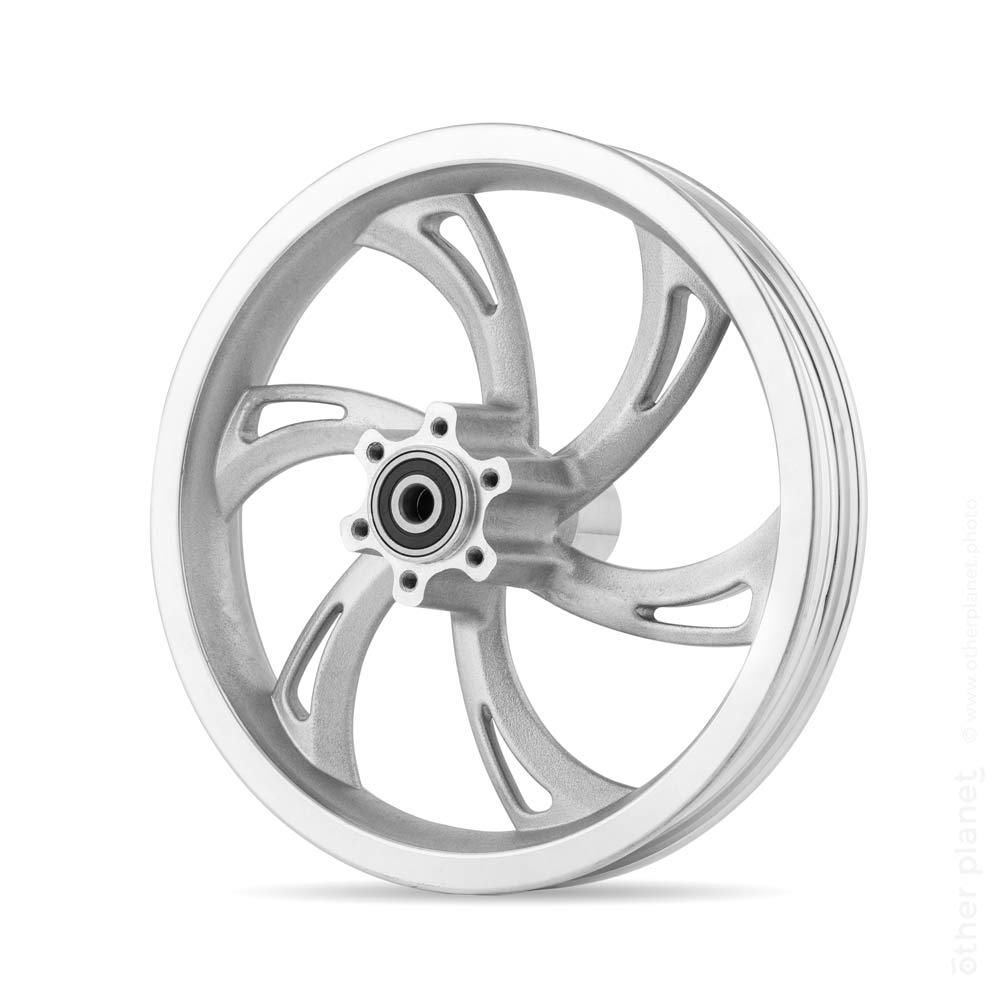 Metallic bicycle wheel