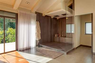Modern and quiet shower room